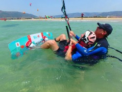 At Tarifa Max kitesurf school the instructor will come into the wáter with you.